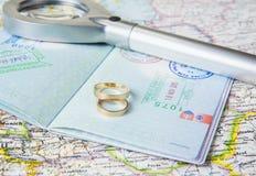 Concept de lune de miel Anneaux de mariage avec des passeports sur la carte image stock