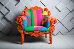 Concept de luxe et de succès avec le fauteuil coloré multi de velours, offre d'emploi illustration de vecteur