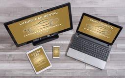 Concept de luxe de location de voiture sur différents dispositifs image libre de droits