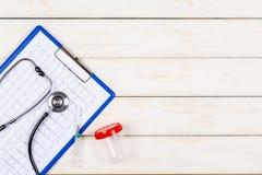 Concept de médecine sur un fond en bois blanc Images stock