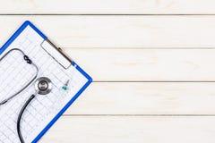 Concept de médecine sur un fond en bois blanc Photographie stock libre de droits