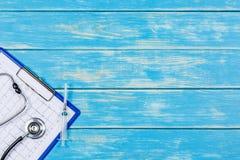 Concept de médecine sur un fond en bois bleu Image stock