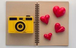 Concept de mémoire avec l'appareil-photo avec l'objet de coeur sur le papier blanc jpg Photos stock