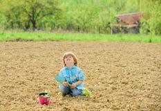 Concept de m?re nature : Plantation des plantes   photos stock