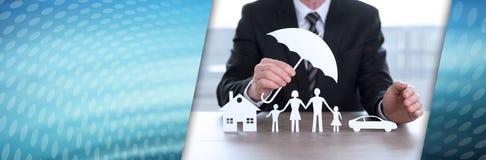 Concept de maison, de famille et de voiture d'assurés Drapeau panoramique photographie stock