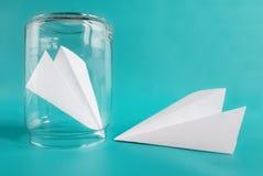Concept de malentendu de relations Avions de papier d'isolement sur le fond bleu Copiez l'espace image stock