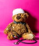 Concept de malheur d'enfant et de traitement hospitalier domestiques, fond rose photo libre de droits