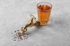 Concept de manque d'eau Verre de l'eau et de robinet sales images libres de droits