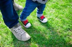 Concept de marche d'enfant en bas âge Photo stock
