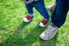 Concept de marche d'enfant en bas âge Photos libres de droits