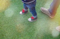Concept de marche d'enfant en bas âge Images stock