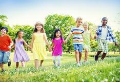 Concept de marche de bonheur d'amitié d'enfants d'enfants Photo libre de droits