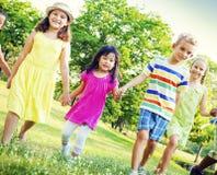 Concept de marche de bonheur d'amitié d'enfants d'enfants Photos libres de droits