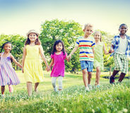 Concept de marche de bonheur d'amitié d'enfants d'enfants Photos stock