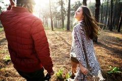 Concept de marche de randonneur de voyage de couples de camping Photos libres de droits