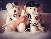 Concept de mariage : Couples Teddy Bears dans la robe de mariage image libre de droits