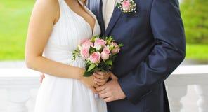 Concept de mariage - jeunes mariés dans l'amour Image libre de droits