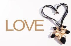 Concept de mariage de Minimalistic Collier noir placé dans la forme du coeur avec l'AMOUR des textes Photos libres de droits