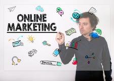 Concept de marketing en ligne Écriture d'homme d'affaires avec le repère noir Images stock
