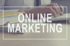 Concept de marketing en ligne Le négociant travaille Stratégie de marquage à chaud Photo libre de droits