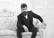 Concept de masculinité Homme avec la barbe et moustache portant le costume classique, équipement à la mode élégant Attrayant mach image libre de droits