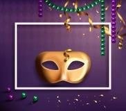 Concept de masque de carnaval avec des confettis et des rubans de cadre sur le pourpre Photographie stock