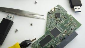 concept de matériel de tournevis de puce de condensateur de carte Photographie stock libre de droits