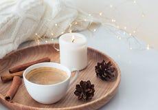 Concept de matin d'hiver Cônes de café, de bougie et de pin sur le plateau Image libre de droits
