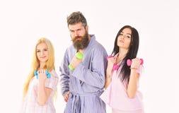 Concept de matin de forme physique Société des amis avec des haltères dans des vêtements domestiques, d'isolement sur le fond bla image libre de droits