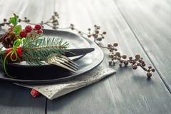 Concept de menu de Noël avec les plats noirs et les couverts décorés Photo stock