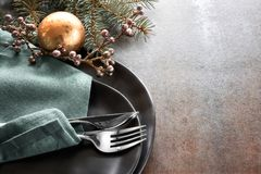Concept de menu de Noël avec les plats noirs et les couverts décorés Images libres de droits