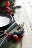 Concept de menu de Noël : plats noirs et couverts avec le Christ rouge Photos stock