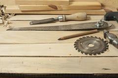 Concept de menuiserie Lieu de travail de charpentier de menuisier Outils de construction sur la table en bois avec des copeaux Co Photo stock