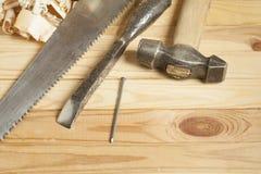 Concept de menuiserie Lieu de travail de charpentier de menuisier Outils de construction sur la table en bois avec des copeaux Co Photos stock