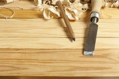 Concept de menuiserie Lieu de travail de charpentier de menuisier Outils de construction sur la table en bois avec des copeaux Co Image libre de droits
