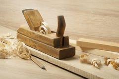 Concept de menuiserie Lieu de travail de charpentier de menuisier Vieux planeuse et crayon sur la table en bois Copiez l'espace p Photographie stock