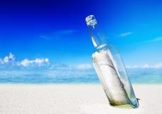 Concept de message de lettre de plage de bouteille de message Image stock