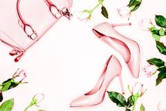 Concept de mode de beauté, d'Art Minimal, chaussures femelles nues roses et sac sur le fond blanc Configuration plate, vue supéri photos libres de droits