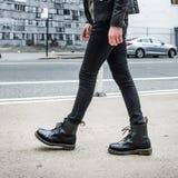 Concept de mode d'hommes Bottes en cuir et promenade élégantes de noir d'usage d'homme dehors  Image stock
