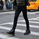 Concept de mode d'hommes Bottes en cuir et promenade élégantes de noir d'usage d'homme dehors  Photo stock