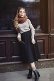 Concept de mode de rue : plein portrait de corps de la jeune belle dame posant à la fenêtre Style de vie de ville Photos libres de droits