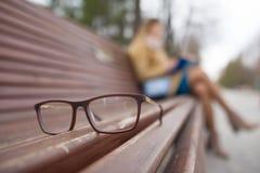 Concept de mode de vie d'ophthalmologie - verres et De-focalisé lisant la fille photos libres de droits
