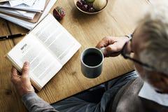 Concept de mode de vie de livre de voyage de lecture de pause-café image stock