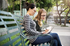 Concept de mode de vie de technologie de connexion d'amies de femmes Photos stock