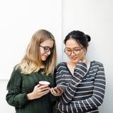 Concept de mode de vie de technologie de connexion d'amies de femmes Photo libre de droits