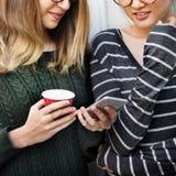 Concept de mode de vie de technologie de connexion d'amies de femmes Photos libres de droits