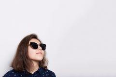 concept de mode et de style D'une jeune lunettes de soleil de port brune élégante élégante recherchant d'isolement au-dessus du f image stock