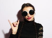 Concept de mode Fille de mannequin étonnée par beauté utilisant de grandes lunettes de soleil Jeune fille Maquillage photo libre de droits