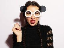 Concept de mode Fille de mannequin étonnée par beauté utilisant de grandes lunettes de soleil Jeune fille Maquillage photographie stock
