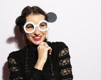 Concept de mode Fille de mannequin étonnée par beauté utilisant de grandes lunettes de soleil Jeune fille Maquillage photographie stock libre de droits
